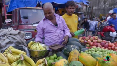 亏大了!在印度买西瓜,觉得太贵挑了个小的,结账后老板说按个买