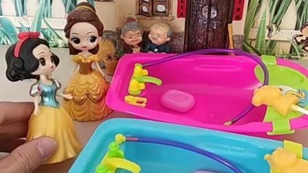 王后想让白雪和贝儿离开皇宫