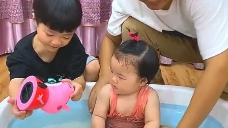童年趣事:佩琪玩具不用洗,给妹妹洗呀