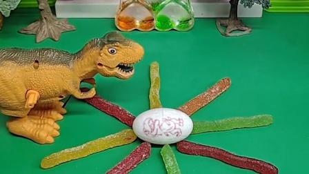 恐龙妈妈在等着蛋宝宝出生,等的都睡着了,怪兽看见也没拿