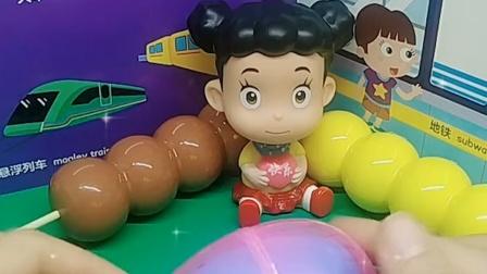 棉花糖说这是个球球,围裙妈妈打开给她看,发现是猪爸爸