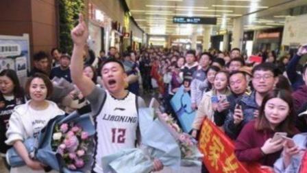 """英国华人发起""""回国潮"""", 机场大呼: 我从英国回来就这待遇?"""