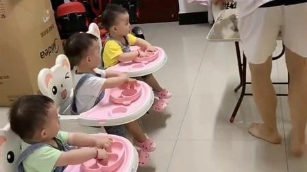 准备开饭了,开始给三个孩子们喂吃的