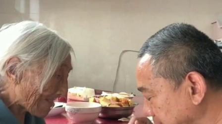 在百岁母亲面前撒撒娇,找点小时侯的快乐,且行且珍惜