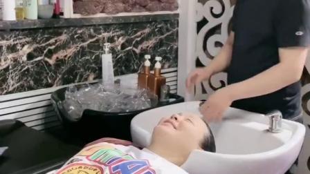 坐在轮椅上的小孕妇,看看老公是怎么给我洗头的