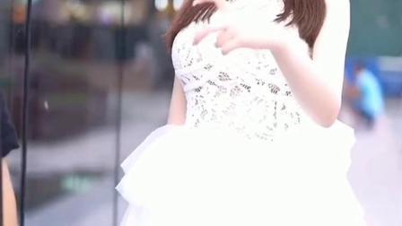 小姐姐这一身很好看,裙子穿的很漂亮