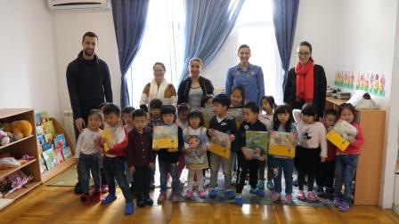 巴尔干半岛114集:回国前给塞尔维亚幼儿园的小朋友送书