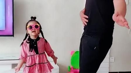 萌娃:爸爸你这肚咋回事?