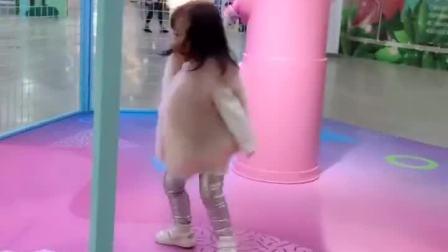 萌娃:闺女跑到商场跳了起来