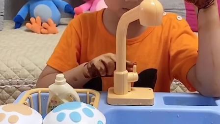 搞笑童年:小萌娃你的手好脏呀 快去洗洗