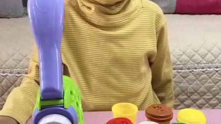趣味童年:弟弟给妈妈做紫红色的面条!