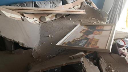 装修完4个月不到,天花板吊顶整体砸落,客厅被砸得一片狼藉