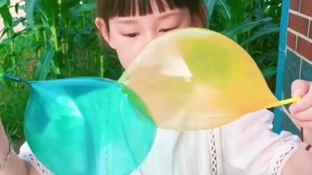 搞笑趣事:姐姐吹的泡泡粘在一起了