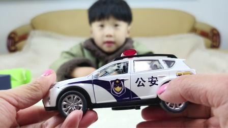 开箱酷酷的警车玩具模型,亲子互动时光