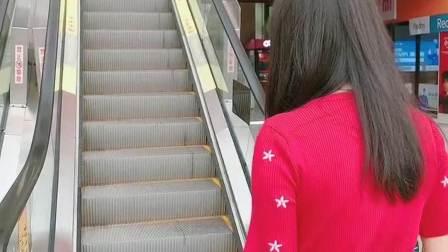 只要偷偷的上电梯就不会被它发现!