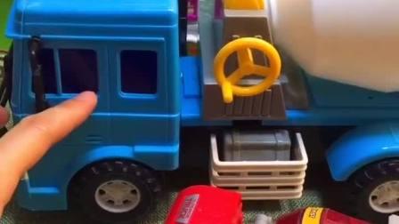 附近有小朋友,坐上大卡车逃走了