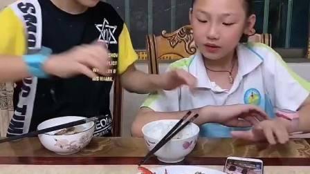 童年趣事:姐姐整天玩手机,还要我打饭给他吃,看我怎么整她