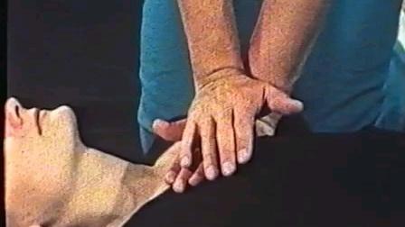 波兰美女示范急救,两名男医生给她做心肺复苏!