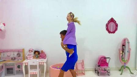 小可爱捡到一个小娃娃,看看她怎么照顾小宝宝的