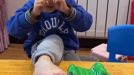 趣味童年:宝贝被大鳄鱼咬到了,快赶走它
