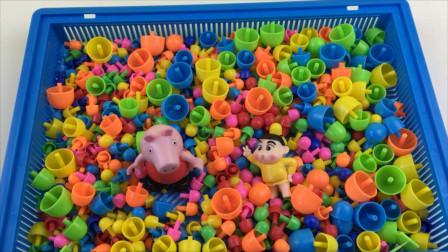 小猪佩奇和蜡笔小新玩蘑菇钉玩具