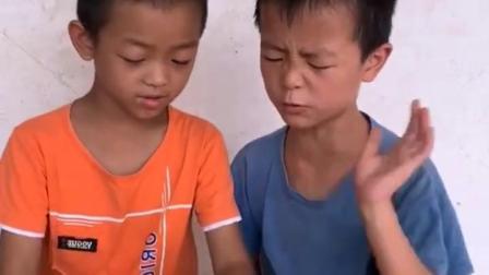 搞笑趣事:鳄鱼咬到弟弟的手了
