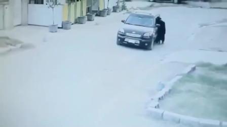 女子独自步行回家,要不是监控拍下,没人知道她的经历