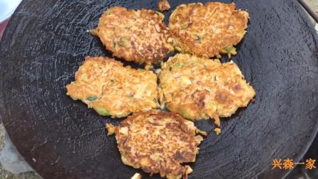 韩国兴森一家三口:用铁锅做的辣牛肉汤和在锅盖上煎的绿豆煎饼,还有炭火烤的鲭鱼!