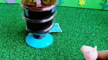 乔治发现了佩奇的水杯,乔治偷喝饮料,这饮料怎么是苦的呢