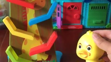 小鸭子没有见过果树滑翔车,乔治给他展示了一遍,小鸭子喜欢吗