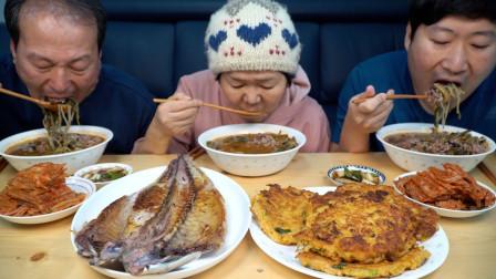 韩国兴森一家三口:全家一起享用美味的家常菜,辣牛肉汤和绿豆煎饼,炭火烤的鲭鱼!