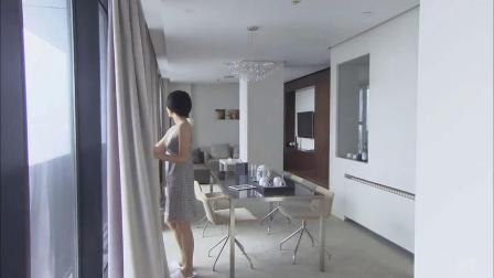 真爱背后:小伙在卫生间洗漱,富婆早上醒来,直接推开卫生间的门