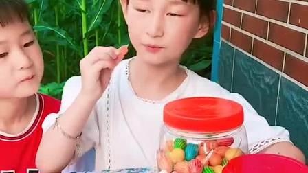 趣味童年:好多的零食呀 我们能吃吗