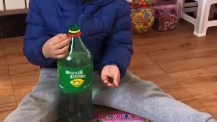 童年趣事:宝贝手里拿的是什么呀