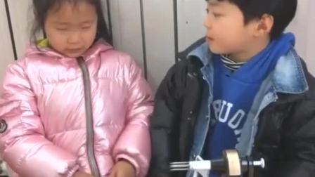 童年趣事:姐姐削个苹果,妈妈你也吃啊!