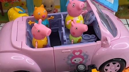 小卡车在路上翻车了,小猪一家看见了,小猪一家来帮助他