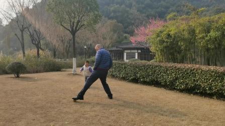 东吴公园哥哥和爸爸踢球—亲子