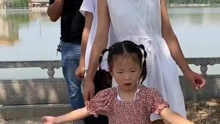 童年趣事:今天我们全家人给你跳个舞!