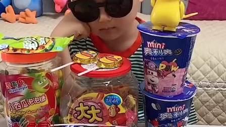 趣味童年:小萌娃别睡咯 你的零食被爸爸拿走了