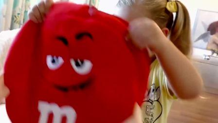 萌娃在书包里,掏出了魔法西红柿,弟弟也要吃
