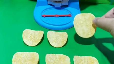 长痘男在数薯片,葫芦娃把薯片踩碎了,这能吃吗