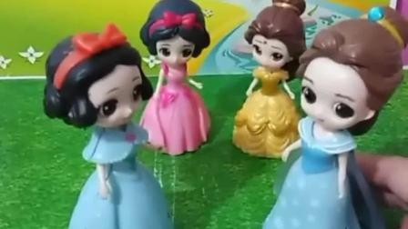 白雪要去照顾王子,她拜托贝儿照顾小雪儿,贝儿会欺负小雪儿吗
