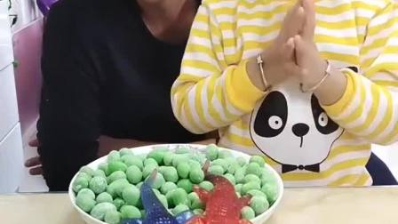 亲子游戏:有两个鳄鱼在糖豆上边趴着