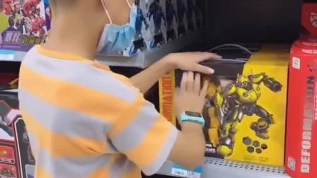 童年趣事:儿子很喜欢变形金刚,但又心疼父母赚钱不容易