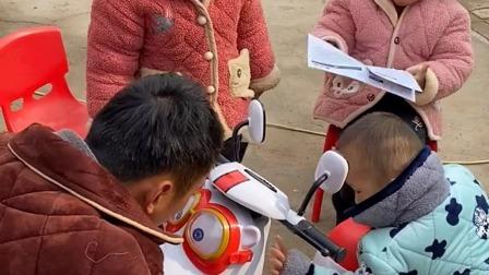 搞笑萌娃:爸爸给宝贝们组装摩托车