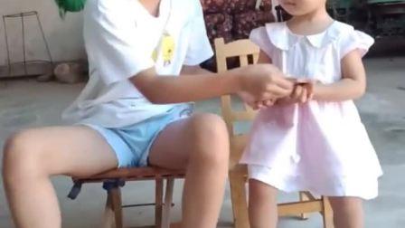 童年趣事:姐妹俩抢手机