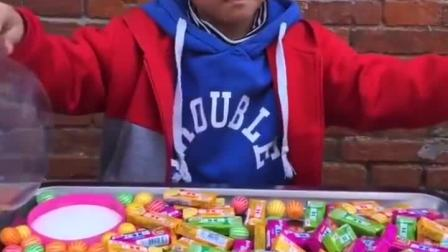 童年趣事:小宝贝糖吃多了会牙疼哦