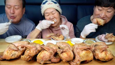 韩国兴森一家三口:全家一起享用木炭烤制成的鸡肉,搭配上大蒜酱等调味品!