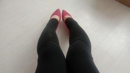 黑色打底褲加黑色踩腳長襪和紅色尖頭鞋