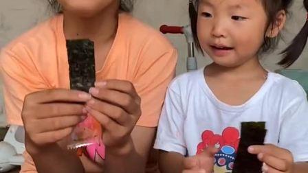童年趣事:姐姐教妹妹吃海苔